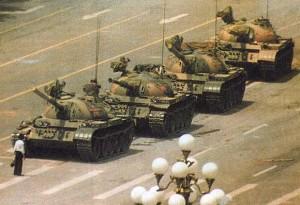 Tiennanmen - L'emblématique image du Jeune homme  défiant les Chars. Crédit google