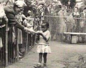 L'affligeante photographie de l'enfant recevant une banane