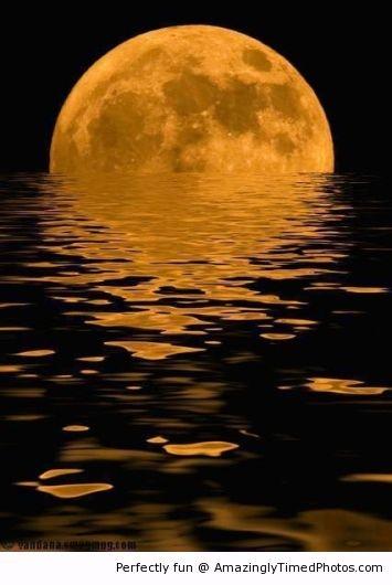éclosion de la lune hors de l'eau